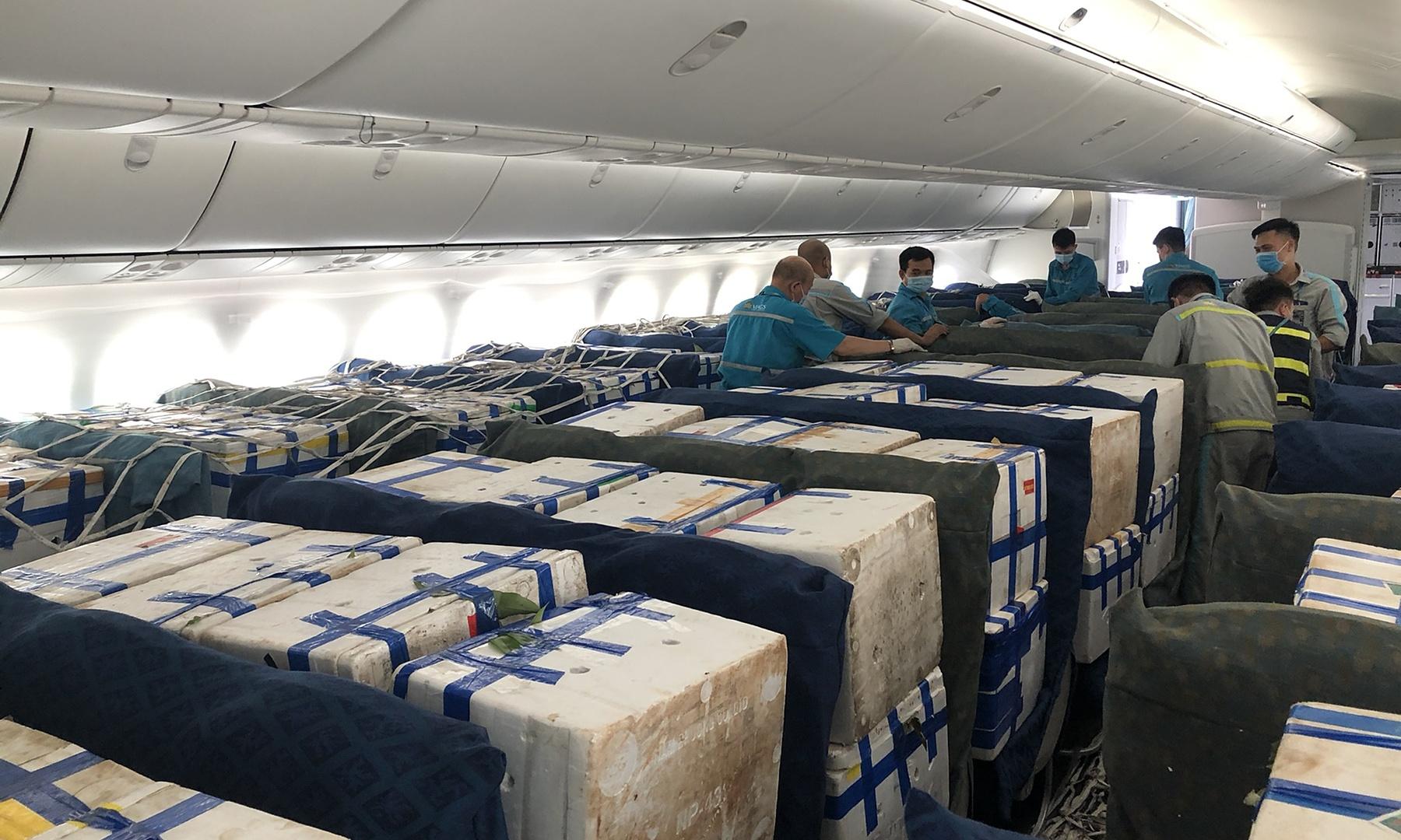 Vải thiều được đặt trong khoang hành khách của máy bay Boeing 787-9. Ảnh: VNA