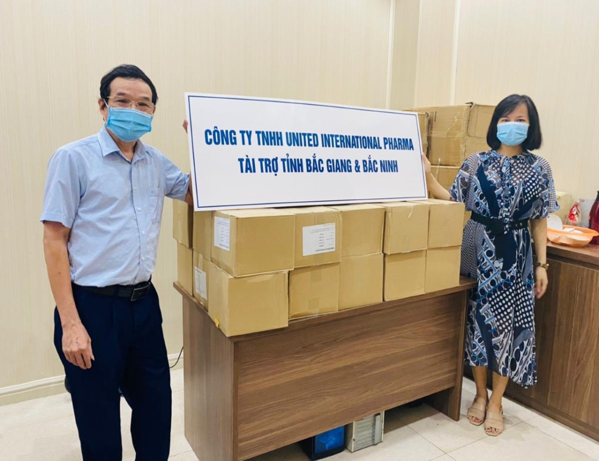 Bà Nguyễn Thị Phú - đại diện United International Pharma (UIP) trao cho ông Hoàng Kim Hà - Phó Chánh Văn phòng Hội Quân Dân y Việt Nam tiếp nhận tài trợ 2.520 ống Viên sủi Enervon Plus.