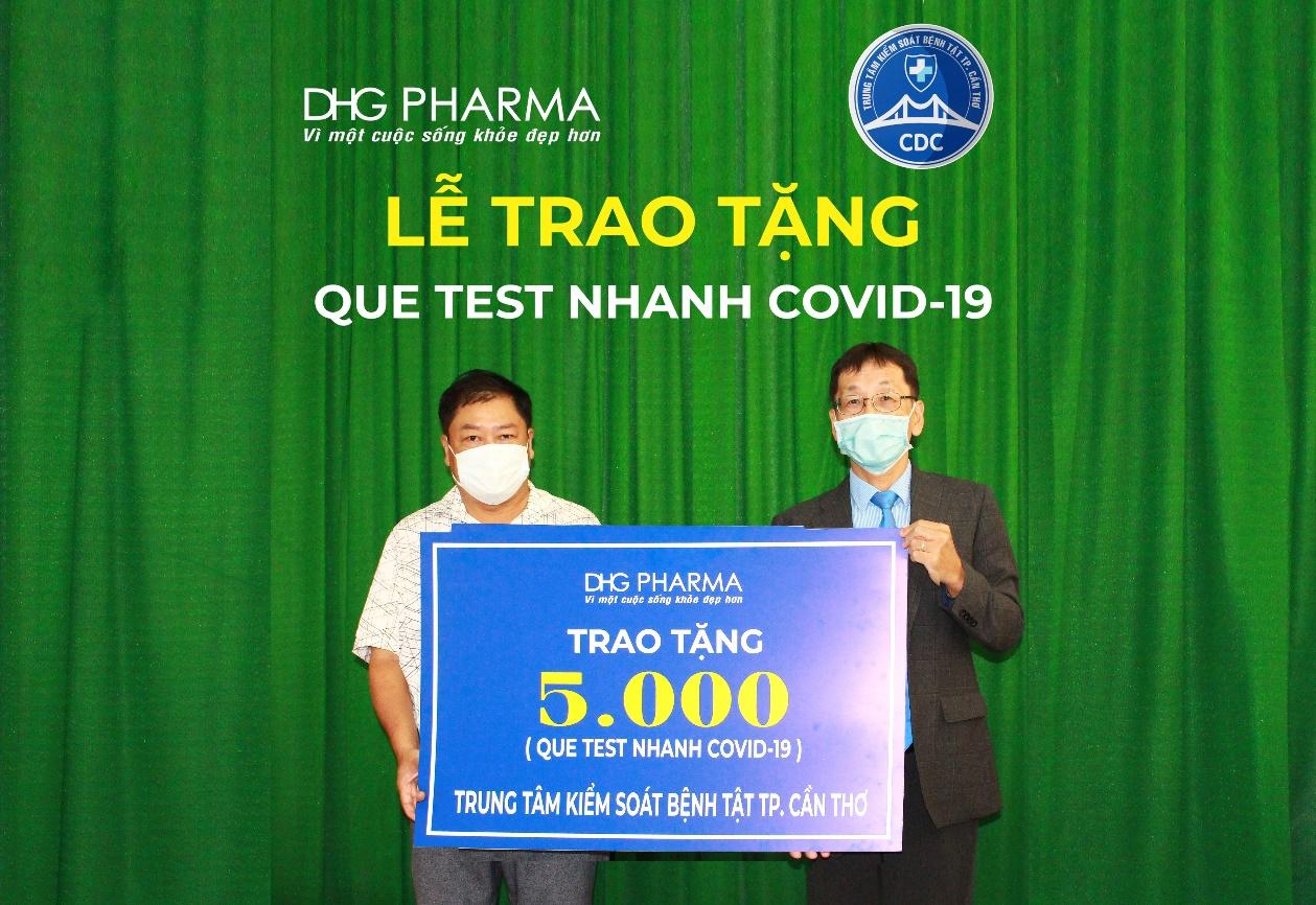 Ông Masashi Nakaura – TGĐ đại diện Dược Hậu Giang (bên phải) trao tặng 5.000 bộ que test nhanh Covid-19 cho ông Trần Trường Chinh – Phó Giám đốc Trung tâm Kiểm soát bệnh tật thành phố Cần Thơ.