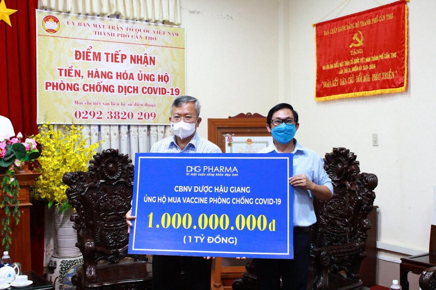 Ông Đoàn Đình Duy Khương – TGĐ Điều hành đại diện Dược Hậu Giang (bên phải) trao  tặng 1 tỷ đồng vào quỹ vaccine phòng Covid-19 cho ông Nguyễn Trung Nhân – Chủ tịch  UBMTTQ Việt Nam thành phố Cần Thơ.