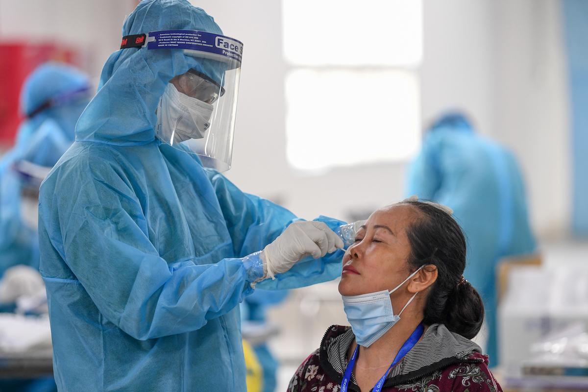 Lấy mẫu xét nghiệm cho công nhân làm việc tại khu công nghiệp Quang Châu (Bắc Giang). Ảnh: Giang Huy