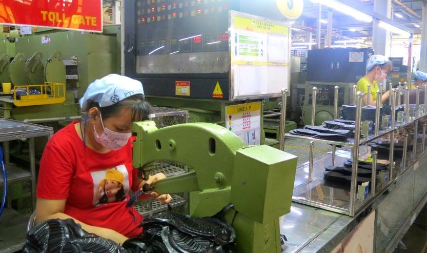 Công nhân Công ty Pouyeun vẫn làm việc bình thường sáng 10/6. Ảnh: Lê Tuyết.