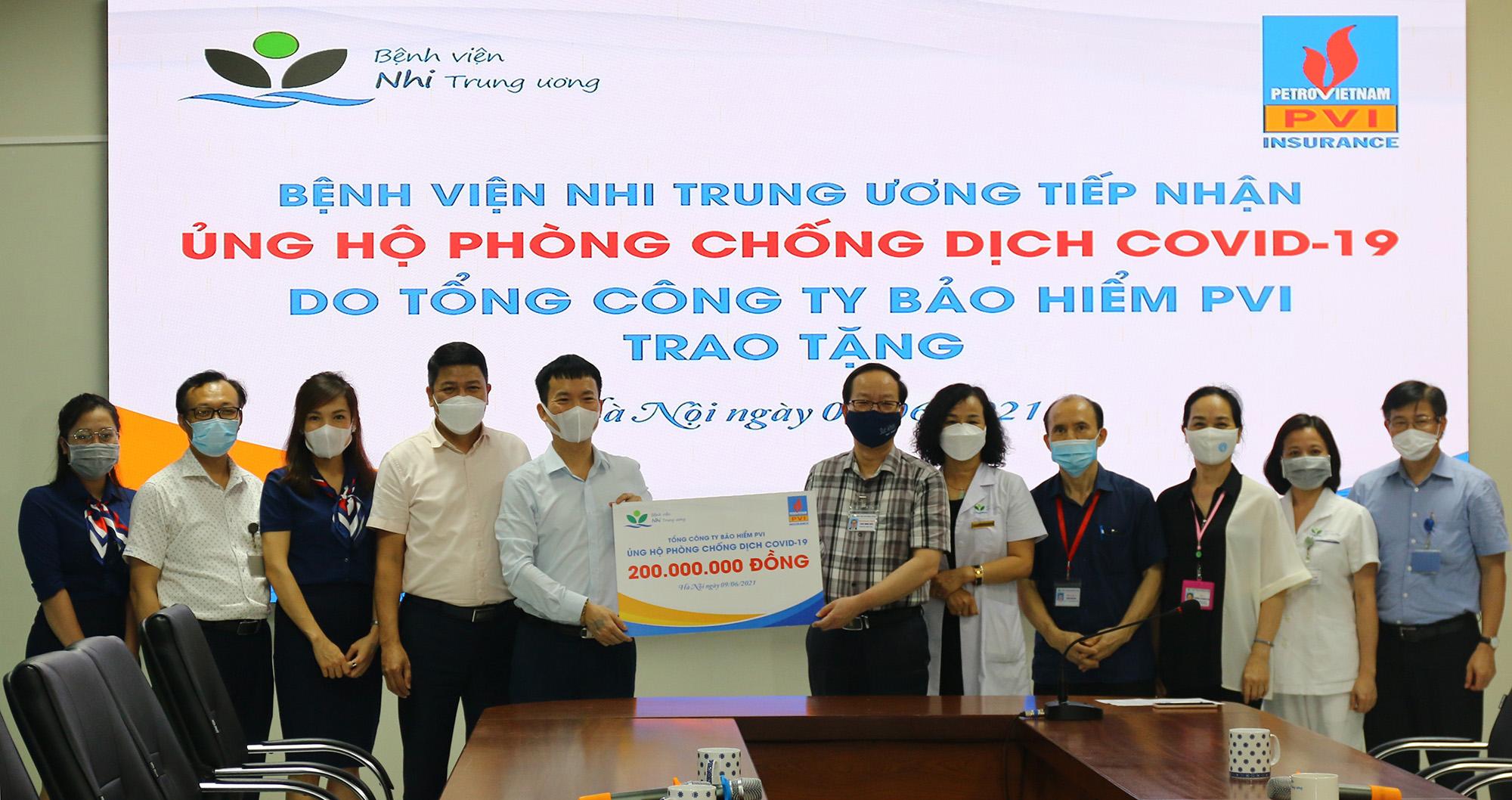 Đại diện Bệnh viện Nhi Trung ương tiếp nhận ủng hộ từ Bảo hiểm PVI. Ảnh: Bảo hiểm PVI