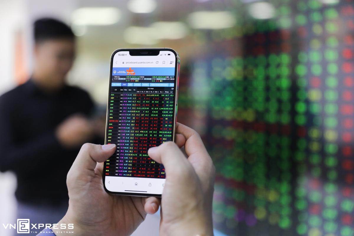 Nhà đầu tư theo dõi bảng giá tại công ty chứng khoán. Ảnh: Quỳnh Trần.
