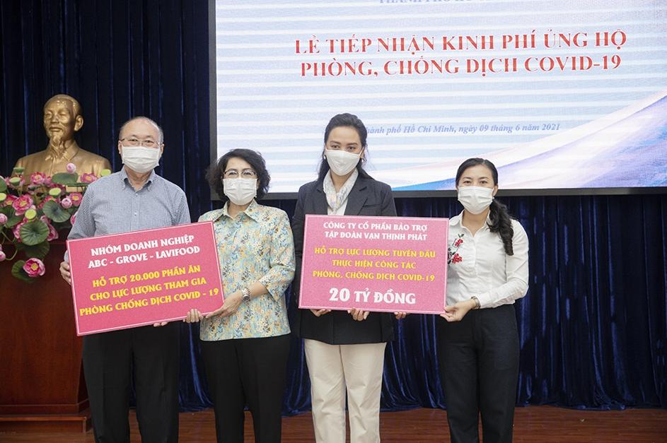 Chủ tịch Uỷ ban Mặt trận Tổ quốc Việt Nam TP HCM tiếp nhận ủng hộ 20 tỷ đồng và 20.000 phần ăn từ đại diện Tập đoàn Vạn Thịnh phát và Công ty CP Bánh Kẹo Á Châu (ABC Bakery). Ảnh: Vạn Thịnh Phát