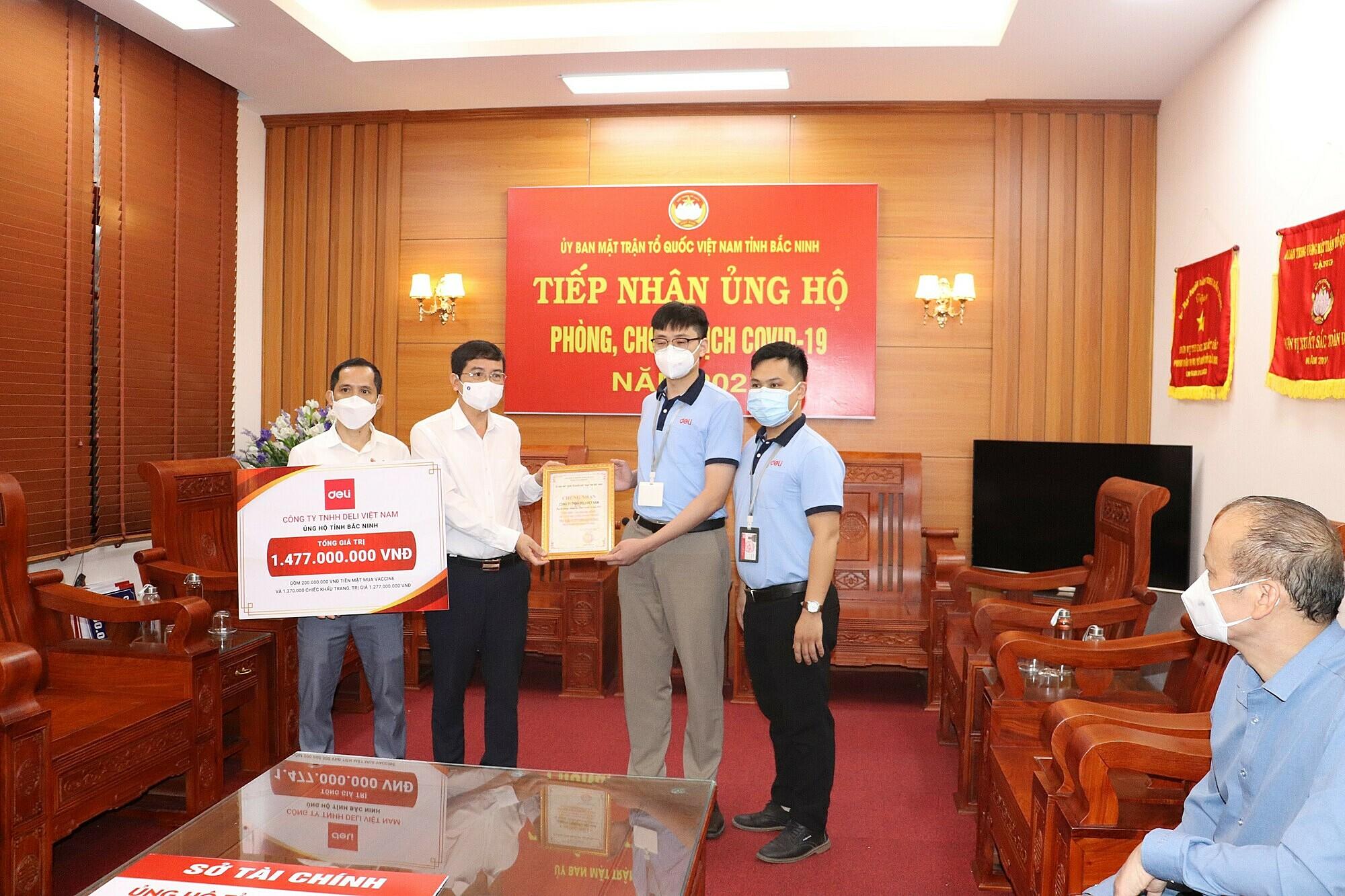 Đại diện Deli Việt Nam trao tặng tiền ủng hộ và khẩu trang tới quỹ phòng chống Covid của Uỷ ban MTTQVN tỉnh Bắc Ninh