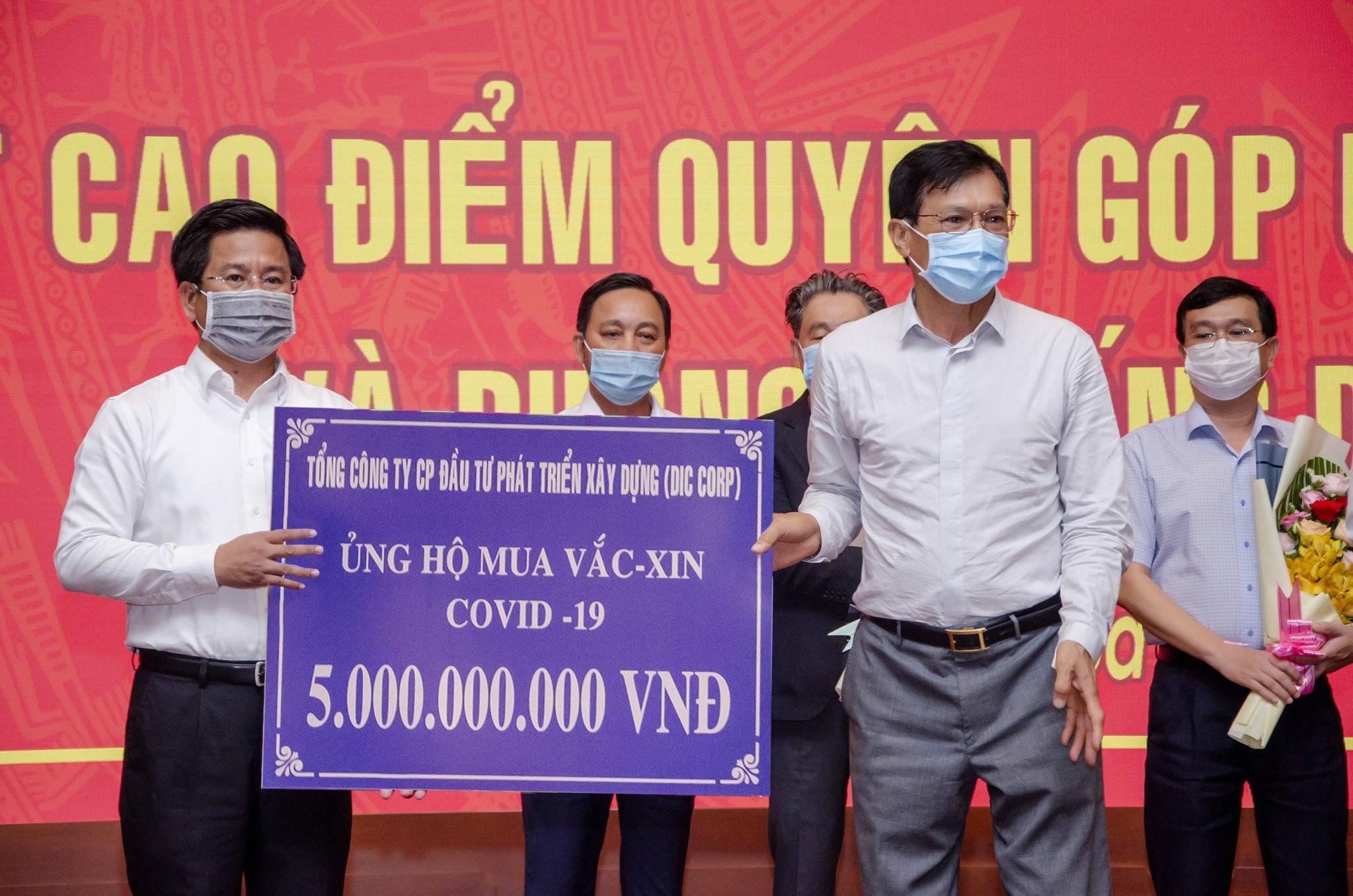 Đại diện Tập đoàn DIC trao bảng tượng trưng ủng hộ 5 tỷ đồng mua vaccine và phòng, chống Covid-19 cho Uỷ ban Mặt trận Tổ quốc Việt Nam tỉnh Bà Rịa - Vũng Tàu.