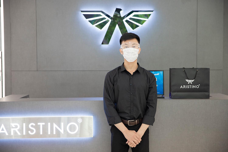 Các nhân viên Aristino đều được trang bị phụ kiện cần thiết để phục vụ khách hàng theo quy trình mua sắm mới. Ảnh: Aristino