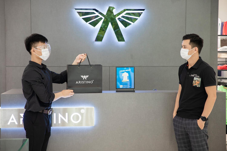 Các nhân viên Aristino đều được trang bị tốt nhất để phục vụ khách hàng theo quy trình mua sắm mới. Ảnh: Aristino