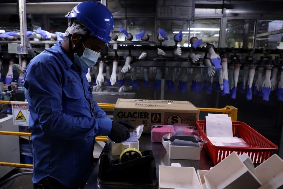Một công nhân làm việc trong nhà máy găng tay cao su Top Glove ở Shah Alam, Malaysia ngày 26/8/2020. Ảnh: Reuters.