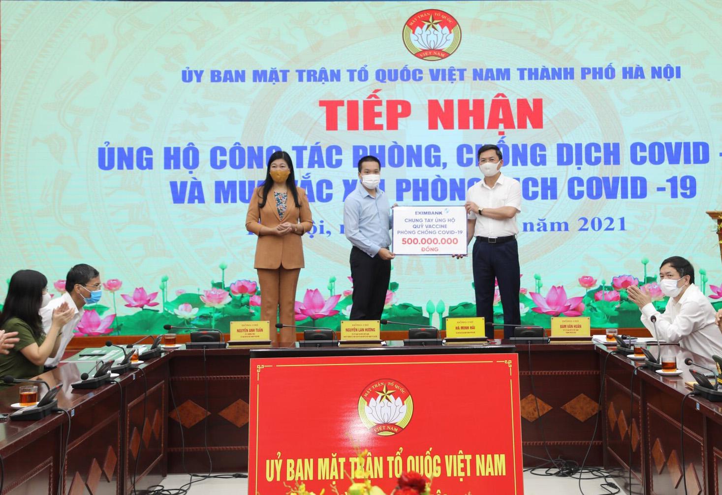Ngày 10/6, đại diện Eximbank trao 500 triệu đồng trao cho Ủy ban Mặt trận Tổ quốc Việt Nam TP Hà Nội. Ảnh: Eximbank