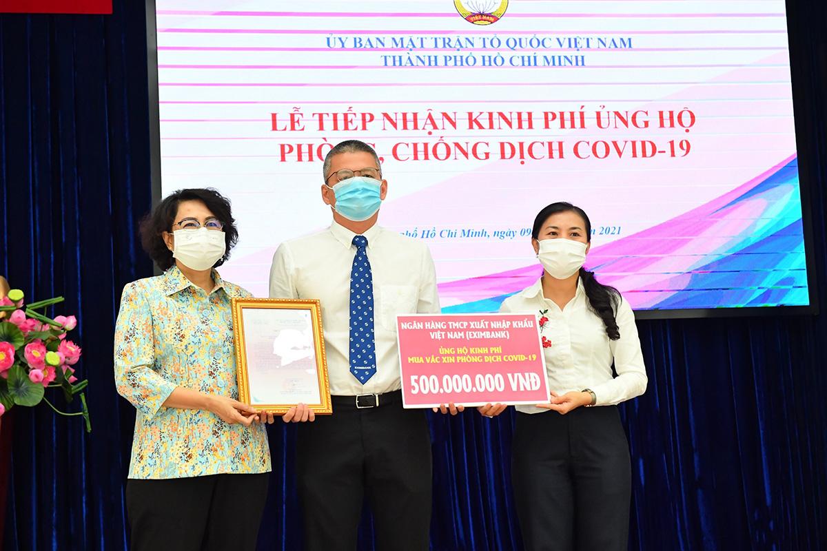 Ngày 9/6, đại diện Eximbank trao 500 triệu đồng ủng hộ Uỷ ban Mặt trân Tổ quốc Việt Nam TP HCM. Ảnh: Eximbank