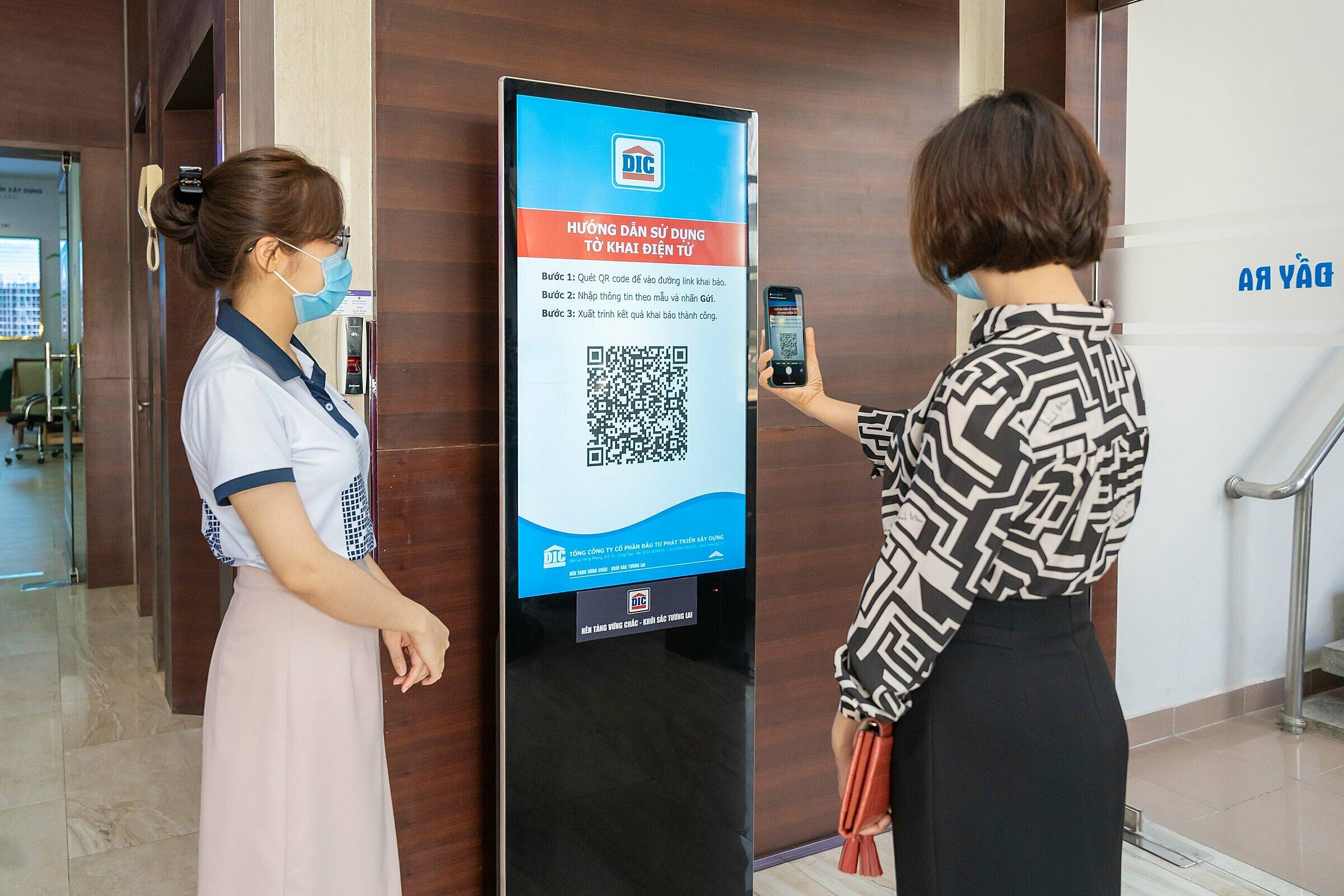 Bảng thông tin chứa mã QR để khai báo y tế điện tử tại trụ sở Tập đoàn DIC.