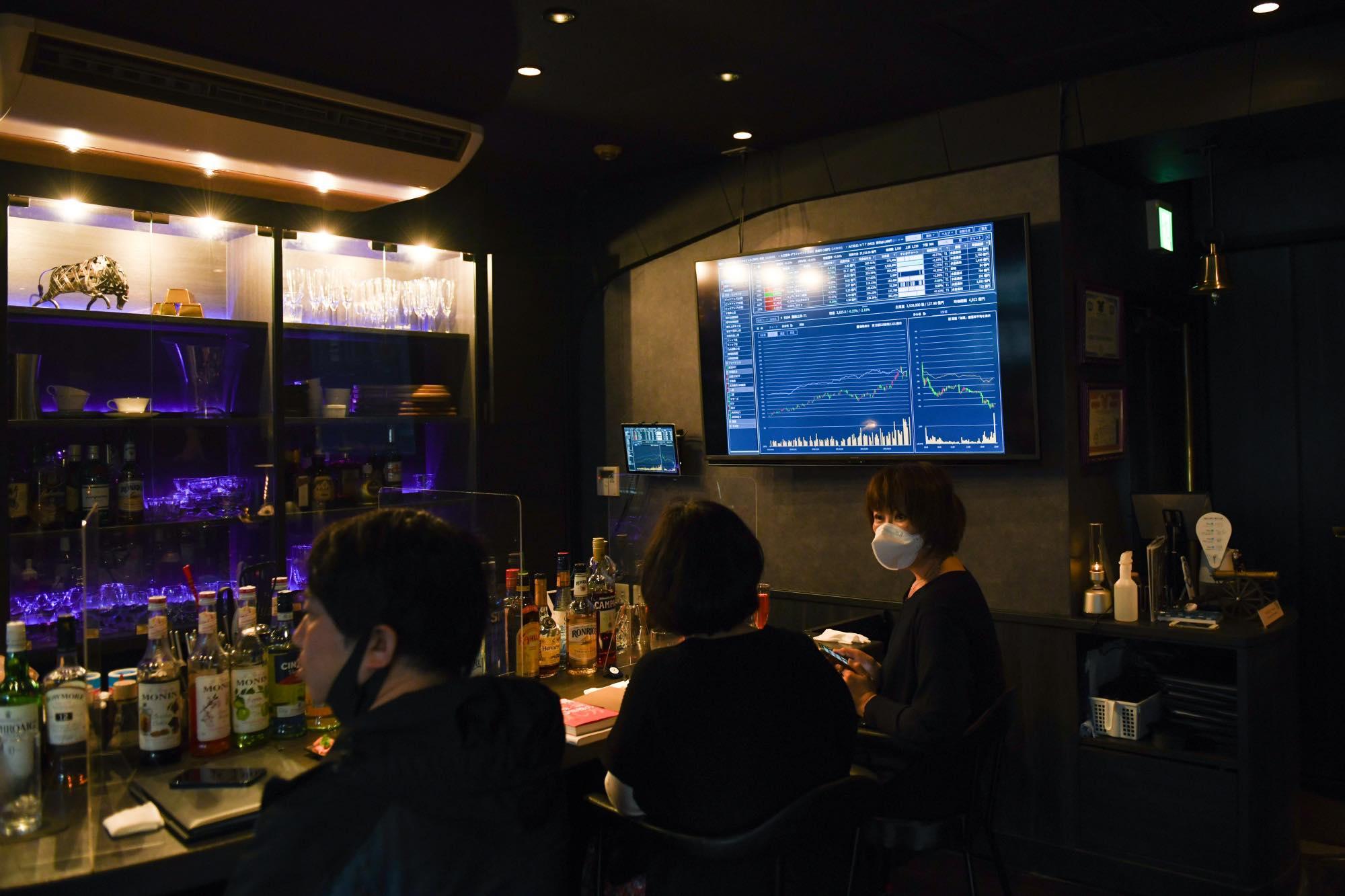 Bên trong Stock Pickers, một quán bar chủ đề chứng khoán cho giới trẻ tại Tokyo vào tháng 3. Ảnh: Bloomberg.