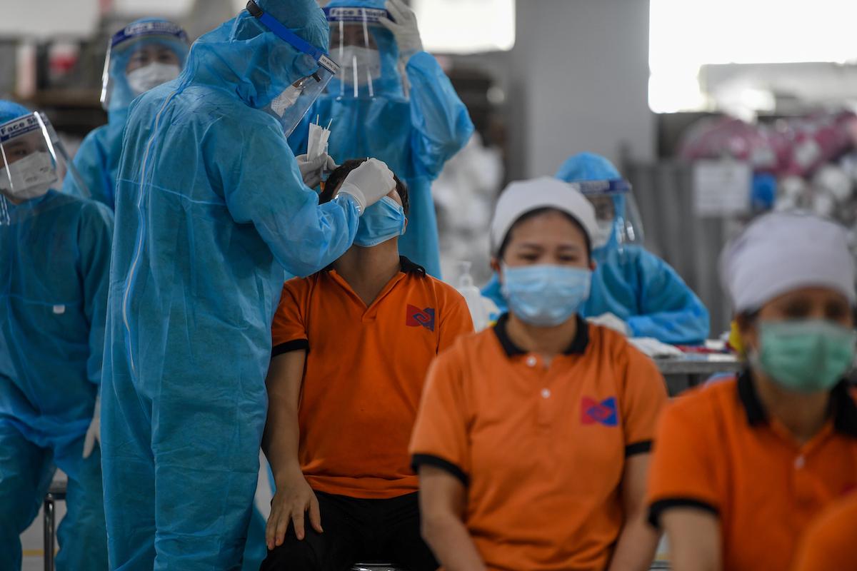 Lấy mẫu xét nghiệm Covid-19 cho công nhân trong khu công nghiệp Bắc Giang. Ảnh: Giang Huy