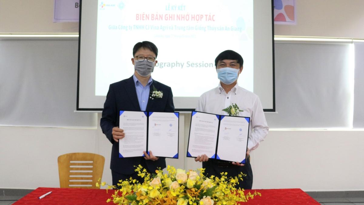 Ông Kang Min Soo (Tổng Giám đốc ngành Thức ăn chăn nuôi CJ Vina Agri) và Ông Trần Phùng Hoàng Tuấn (Giám đốc AFB).