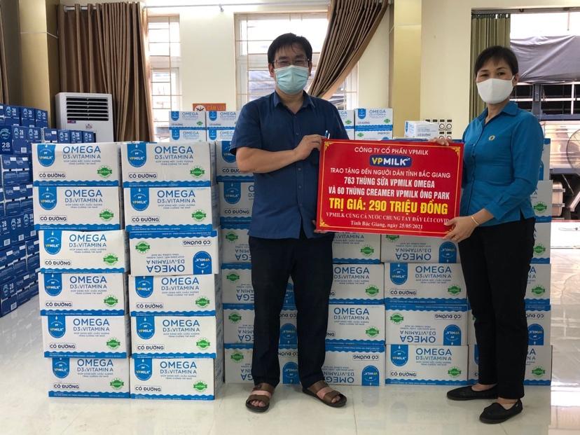 Đại diện VPMilk hỗ trợ sữa đến lực lượng tuyến đầu tại Bắc Giang.