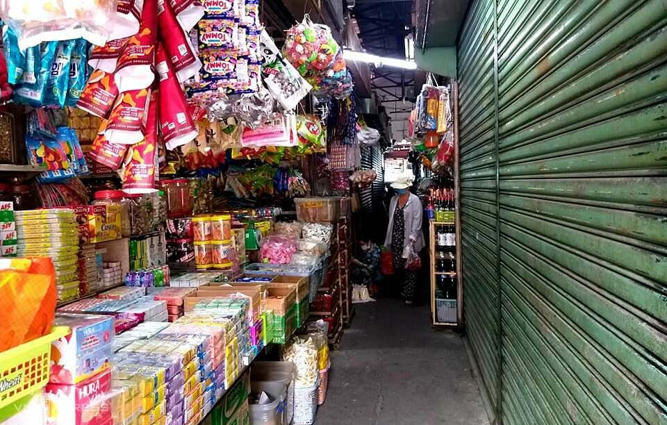 Nhiều sạp ở chợ Xóm Mới đóng cửa, số khác vẫn duy trì nhưng sức mua yếu. Ảnh: Thi Hà.