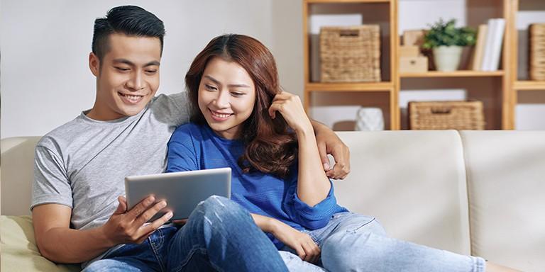 Các cặp vợ chồng cùng chia sẻ với nhau về vấn đề tài chính sẽ giúp cuộc sống gia đình trở nên tốt đẹp, hạnh phúc hơn.