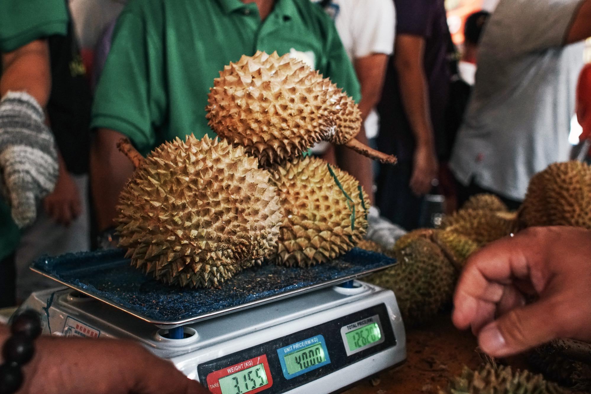 Cân bán sầu riêng  Musang King tại Malaysia International Durian Festival. Ảnhh: Bloomberg.