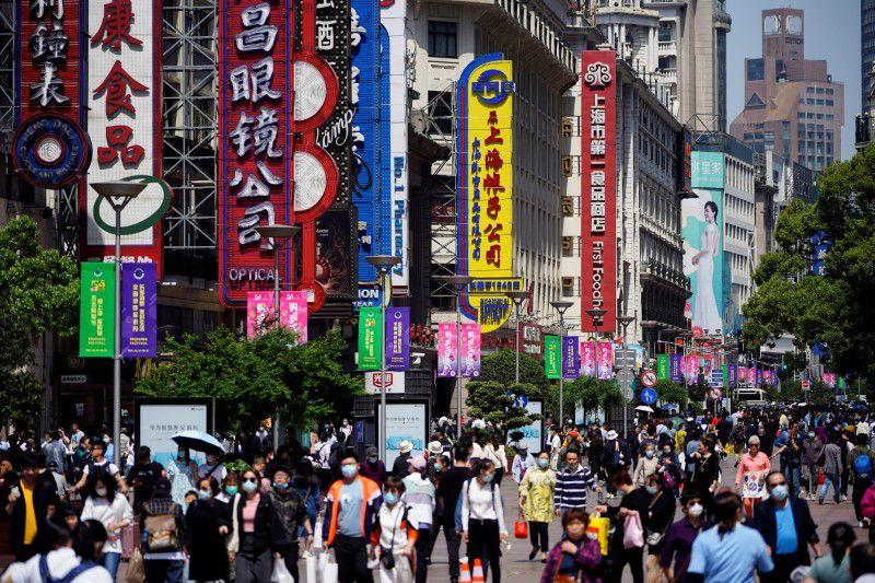 Người dân Trung Quốc đi mua sắm lại khu phố thương mại Nanjing, Thượng Hải ngày 5/5. Ảnh: Reuters.