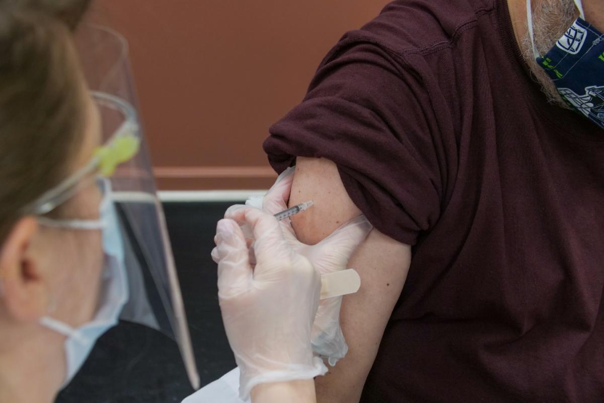 Các chương trình vaccine được triển khai thành công là một trong những yếu tố giúp giá nhà toàn cầu tăng trong tương lai. Ảnh: Steven Cornfield.