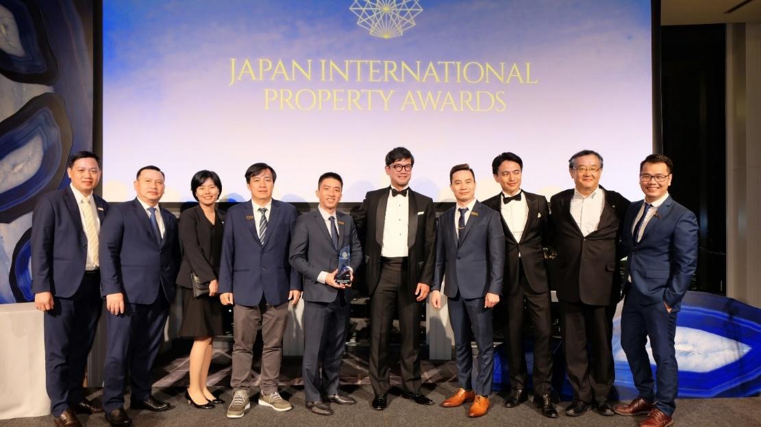Ban lãnh đạo Tập đoàn Danh Khôi nhận giải thưởng bất động sản quốc tế Japan International Property Awards 2019 (JIPA). Ảnh: Tập đoàn Danh Khôi.