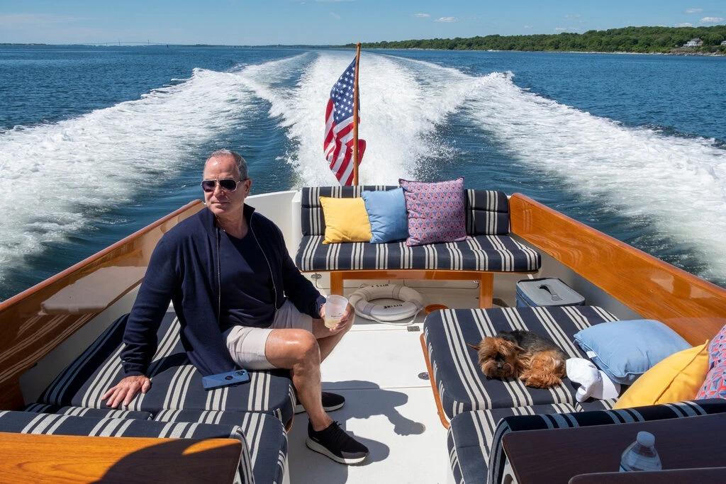 Một hội viên đang dùng thuyền của câu lạc bộ Barton & Gray Mariners Club. Ảnh: NYT.
