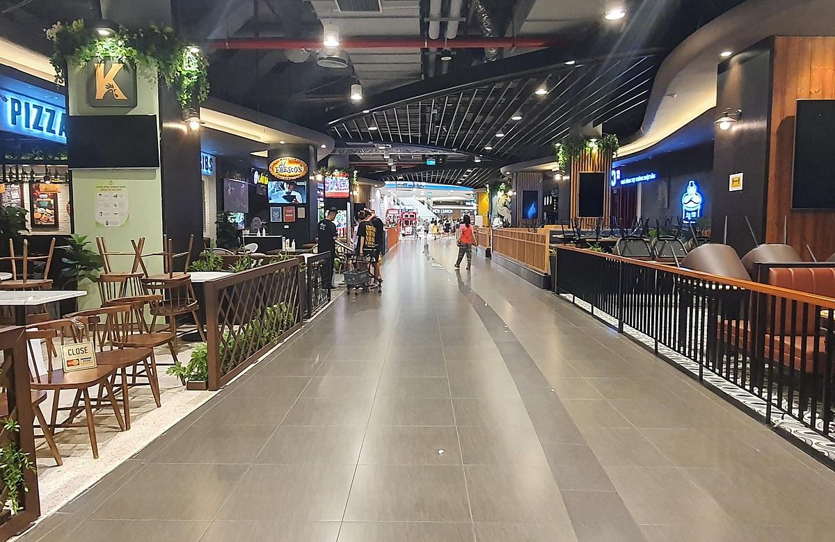 Các cửa hàng ăn uống tại trung tâm thương mại AeonMall Hà Đông trưa 20/6. Ảnh: Đức Minh.