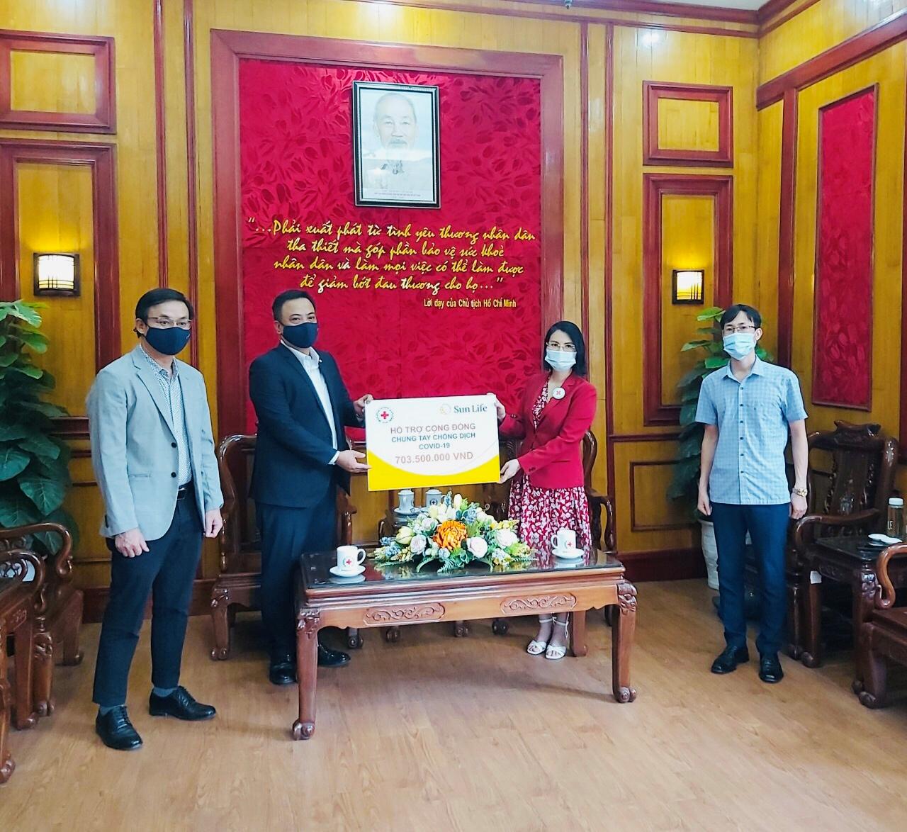 Sun Life Việt Nam 703 triệu đồng thông qua Hội chữ Thập đỏ Việt Nam để hỗ trợ cộng đồng bị ảnh hưởng bởi COVID-19.