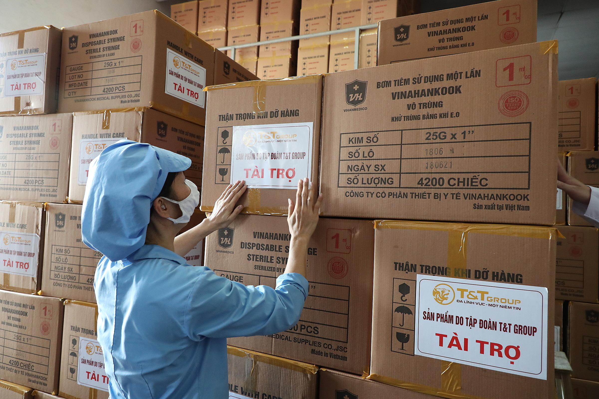 Nhân viên đang đóng gói 500.000 bộ bơm tiêm do Tập đoàn T&T Group tài trợ TP HCM. Ảnh: T&T Group.