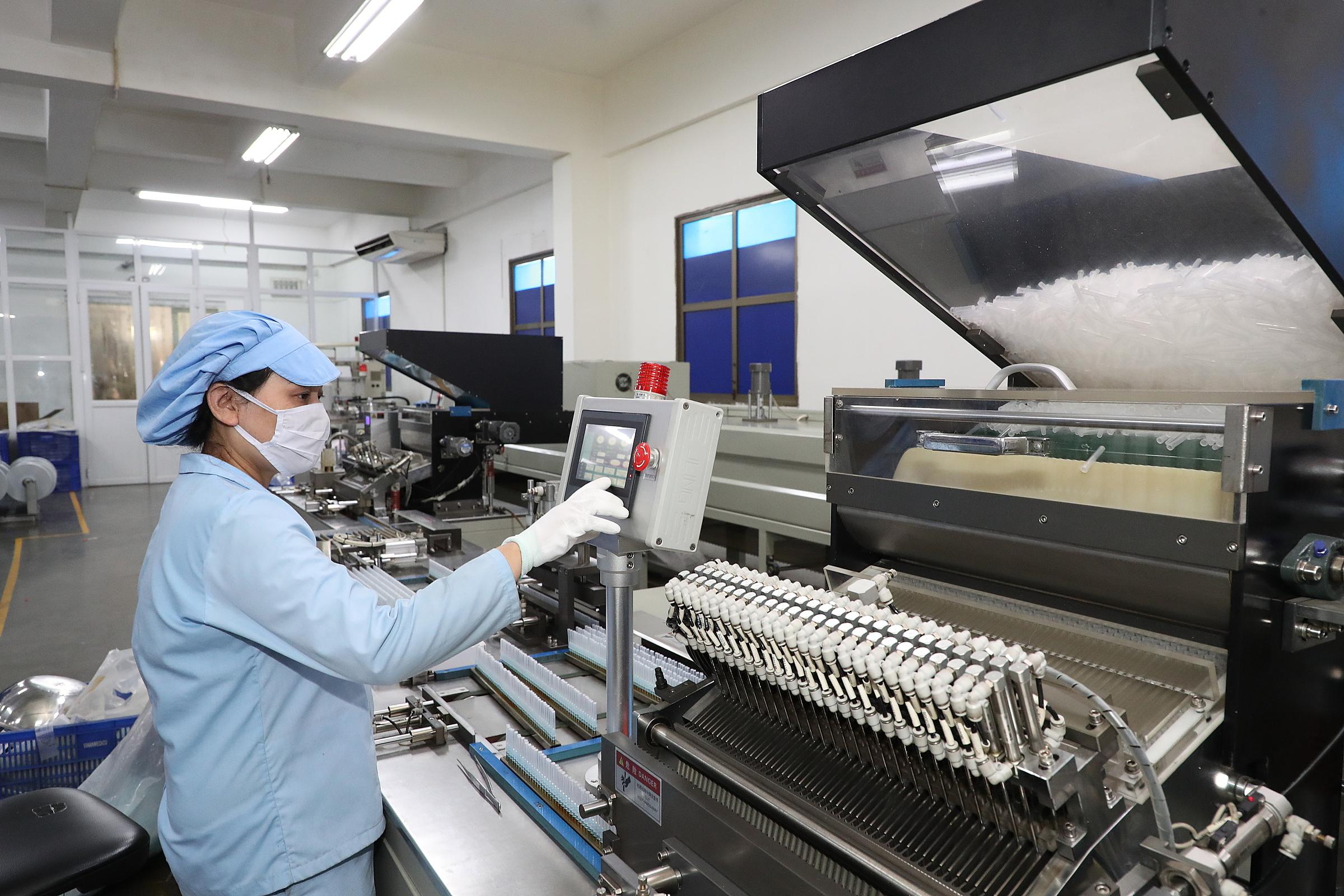 Sản phẩm bơm tiêm mà T&T Group tài trợ có quy trình sản xuất nghiêm ngặt, được Bộ Y tế cấp giấy chứng nhận chất lượng. Ảnh: T&T Group.