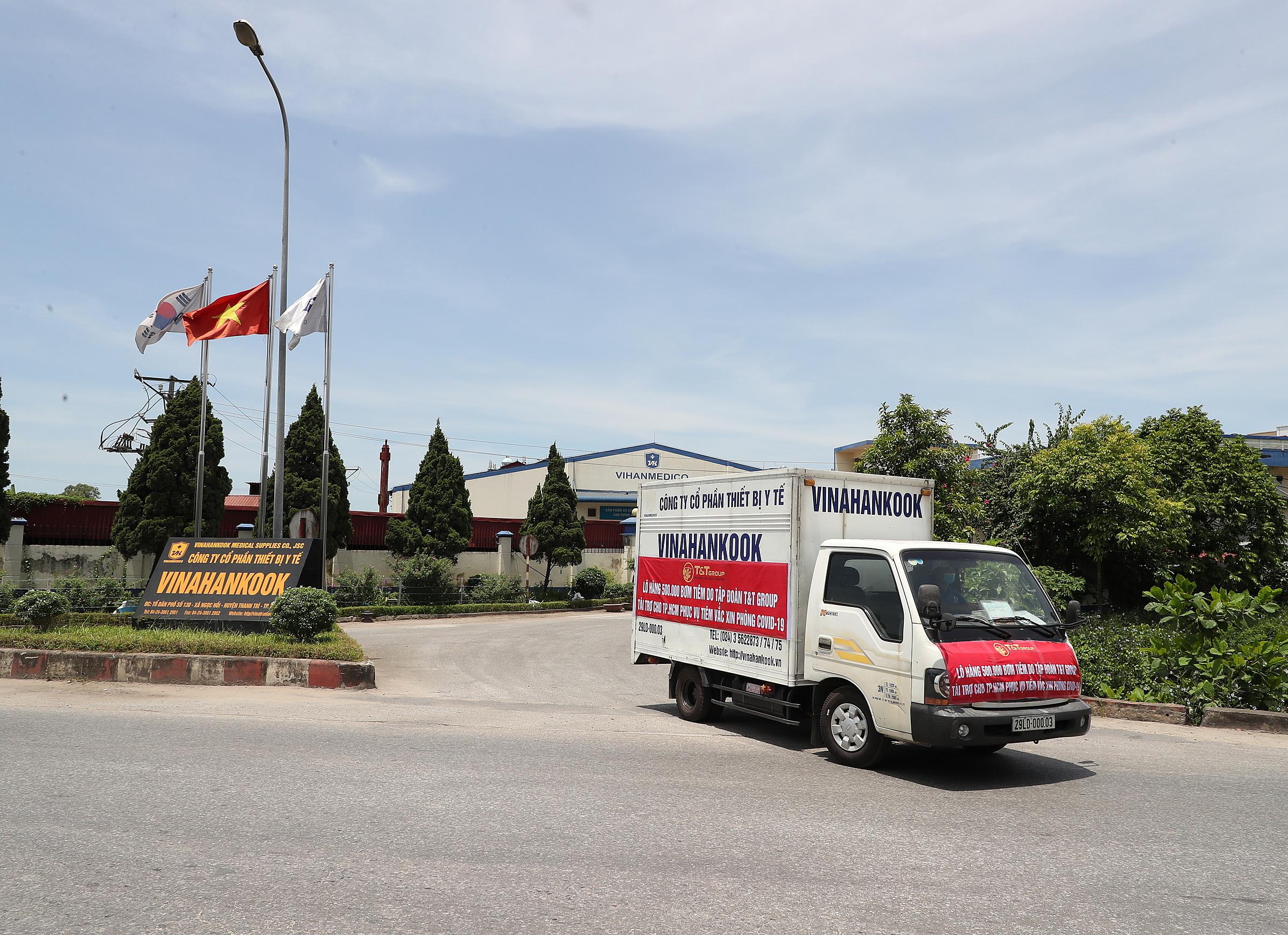 Lô hàng rời nhà máy của Công ty thiết bị y tế Vinahankook tại Hà Nội để vận chuyển vào TP HCM bằng đường hàng không. Ảnh: T&T Group.