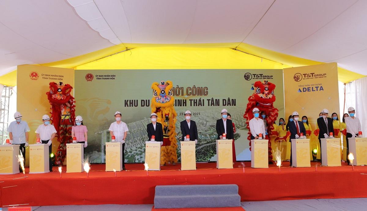 Ông Đỗ Quang Hiển - Chủ tịch HĐQT kiêm Tổng Giám đốc T&T Group (thứ năm từ trái sang), cùng các đại biểu bấm nút khởi công dự án Khu du lịch sinh thái Tân Dân. Ảnh: Hoàng Lê.