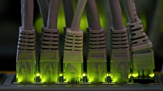 Cáp mạng LAN cắm vào máy chủ khai thác Bitcoin trong Nhà máy Bitminer ở Florence, Italy ngày 6/4/2018. Ảnh: Reuters.