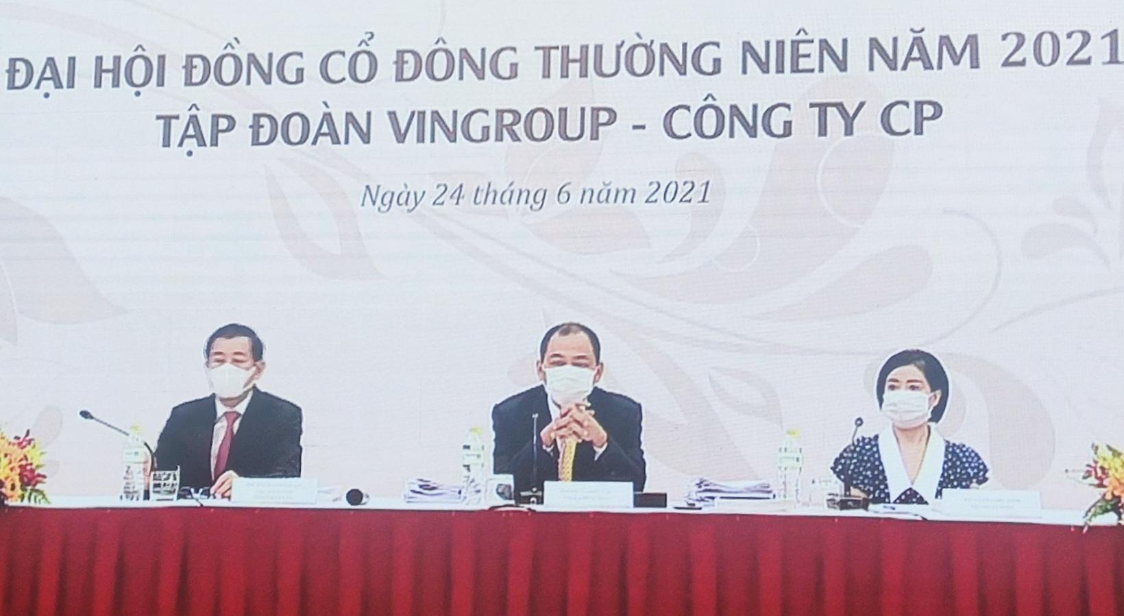 Ban lãnh đạo Vingroup chia sẻ tại đại hội cổ đông thường niên sáng 26/4 theo hình thức online kết hợp offline. Ảnh: VIC.