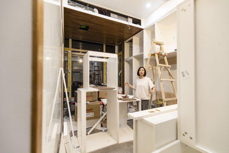 Wang Xuetao trong căn hộ đã được tân trang. Ảnh: Bloomberg.