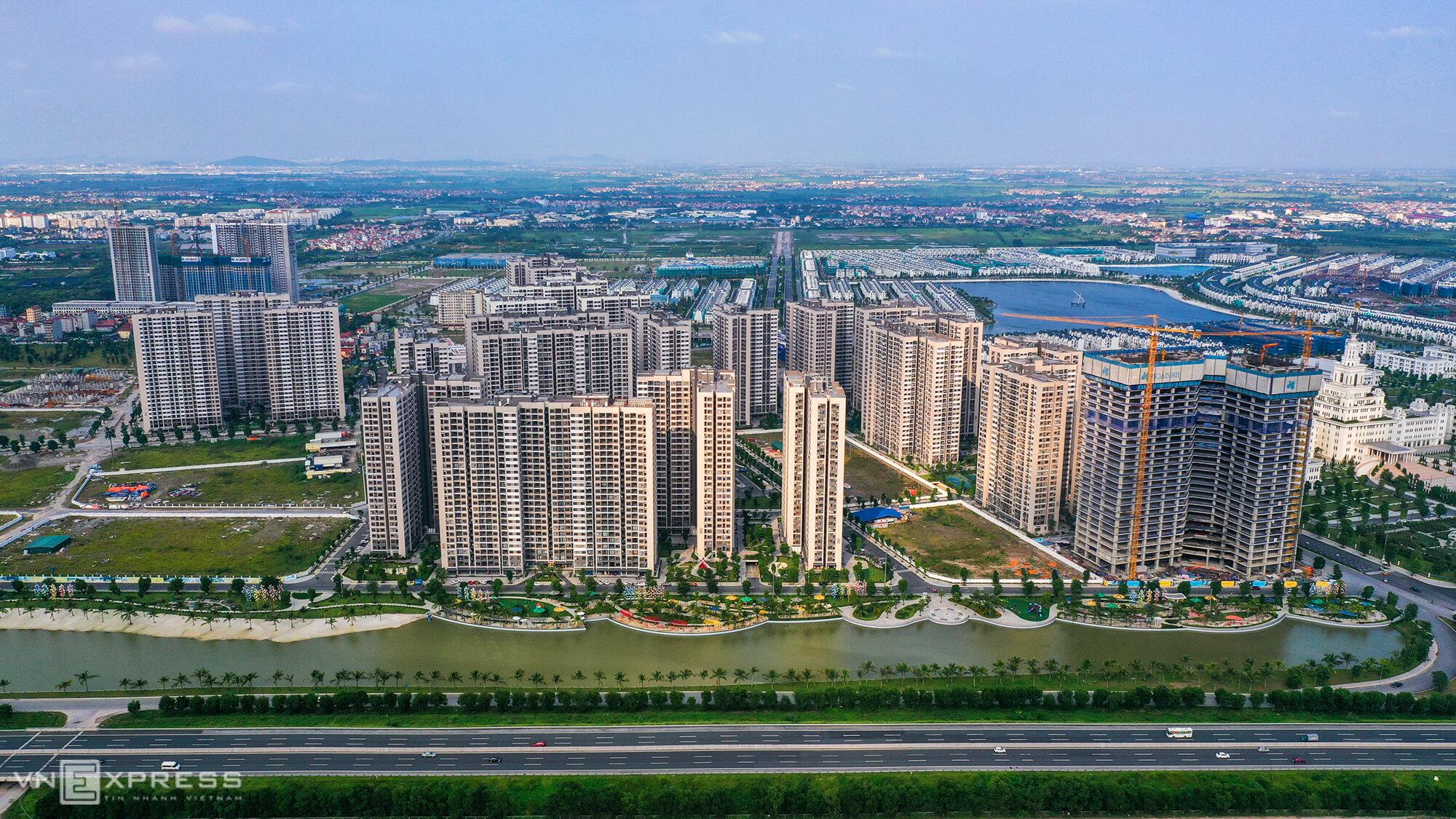 Một góc huyện Gia Lâm nhìn từ cao tốc Hà Nội - Hải Phòng với sự xuất hiện của nhiều dự án chung cư. Ảnh: Giang Huy.