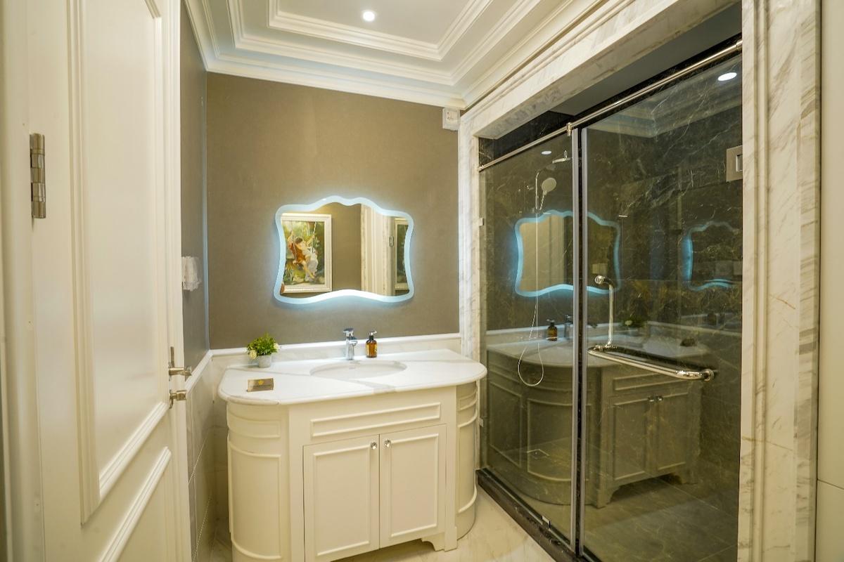 Khu vệ sinh sử dụng thiết bị cao cấp hàng đầu thế giới và gạch khổ lớn giúp không gian thẩm mỹ hơn