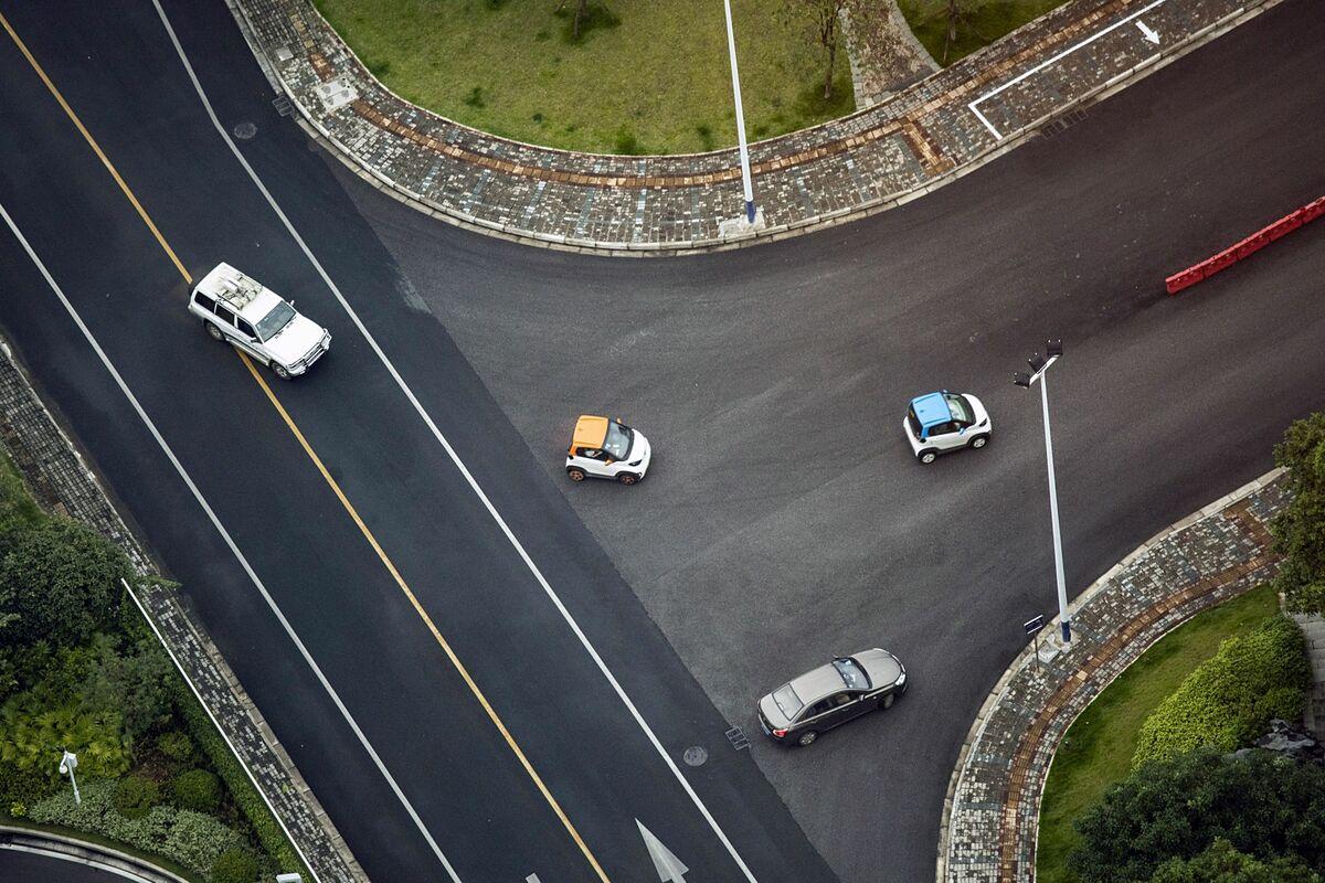 Nhữngg chiếc Baojun E100 trên đường phố Liễu Châu hôm 17/5. Ảnh: Bloomberg
