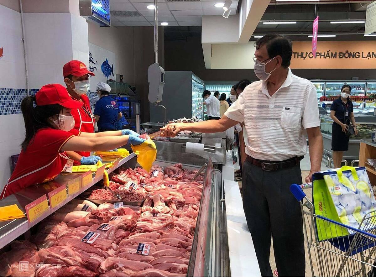 Thịt heo đầy ắp tại siêu thị Co.opmart ở TP HCM sáng 28/6. Ảnh: Linh Đan.