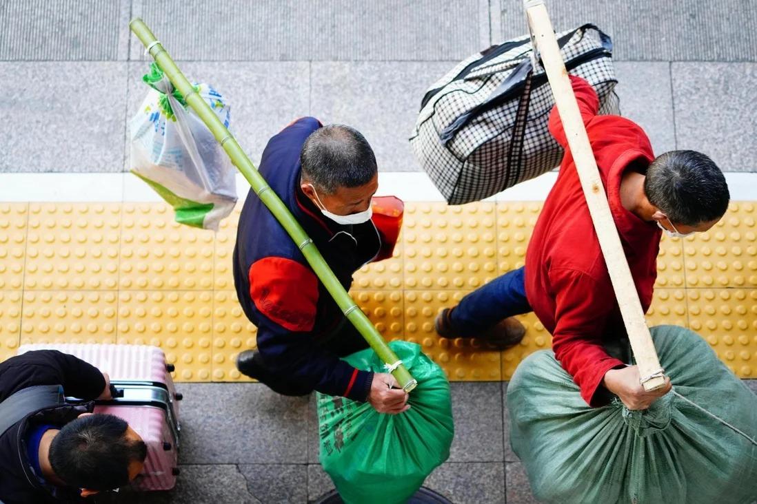 Công nhân nhập cư tại ga xe lửa Tây Bắc Kinh ở Bắc Kinh vào ngày 26/2/2020 từ một chuyến tàu đặc biệt vận chuyển 470 công nhân nhập cư từ Trùng Khánh. Ảnh: Xinhua.