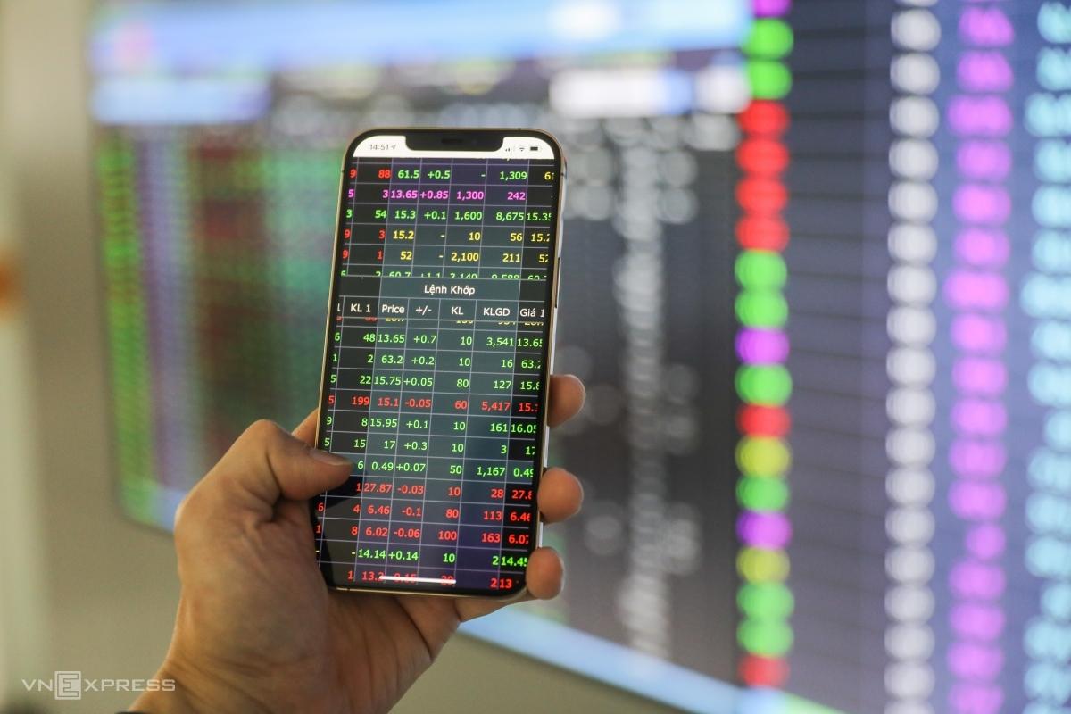 Nhà đầu tư giao dịch chứng khoán trên sàn Công ty chứng khoán Yuanta tại quận 1, TP HCM vào tháng 3/2021. Ảnh: Quỳnh Trần.