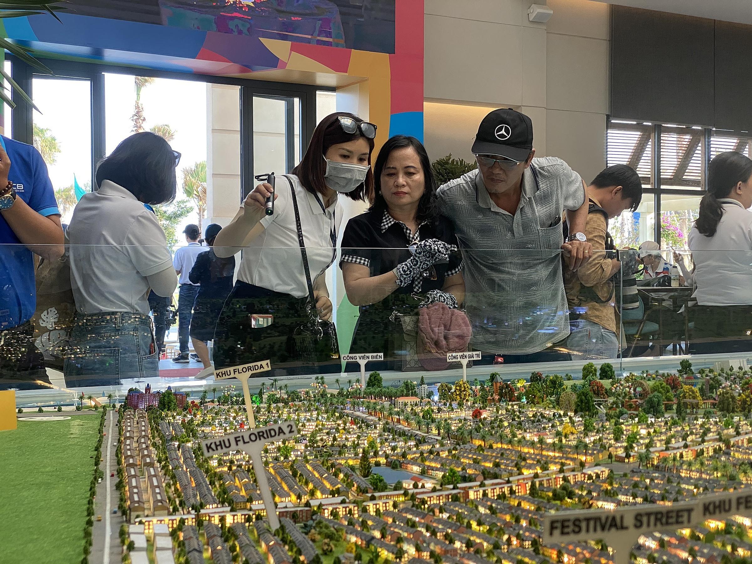 Khách hàng đang xem sa bàn một dự án bất động sản nghỉ dưỡng tại Phan Thiết (Bình Thuận) hồi đầu tháng 4/2021. Ảnh: Tất Đạt.