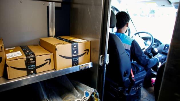 Một nhân viên của Amazon giao hàng trong bối cảnh Covid-19 bùng phát ở Denver, Colorado, ngày 22/4/2020. Ảnh: Kevin Mohatt/Reuters.