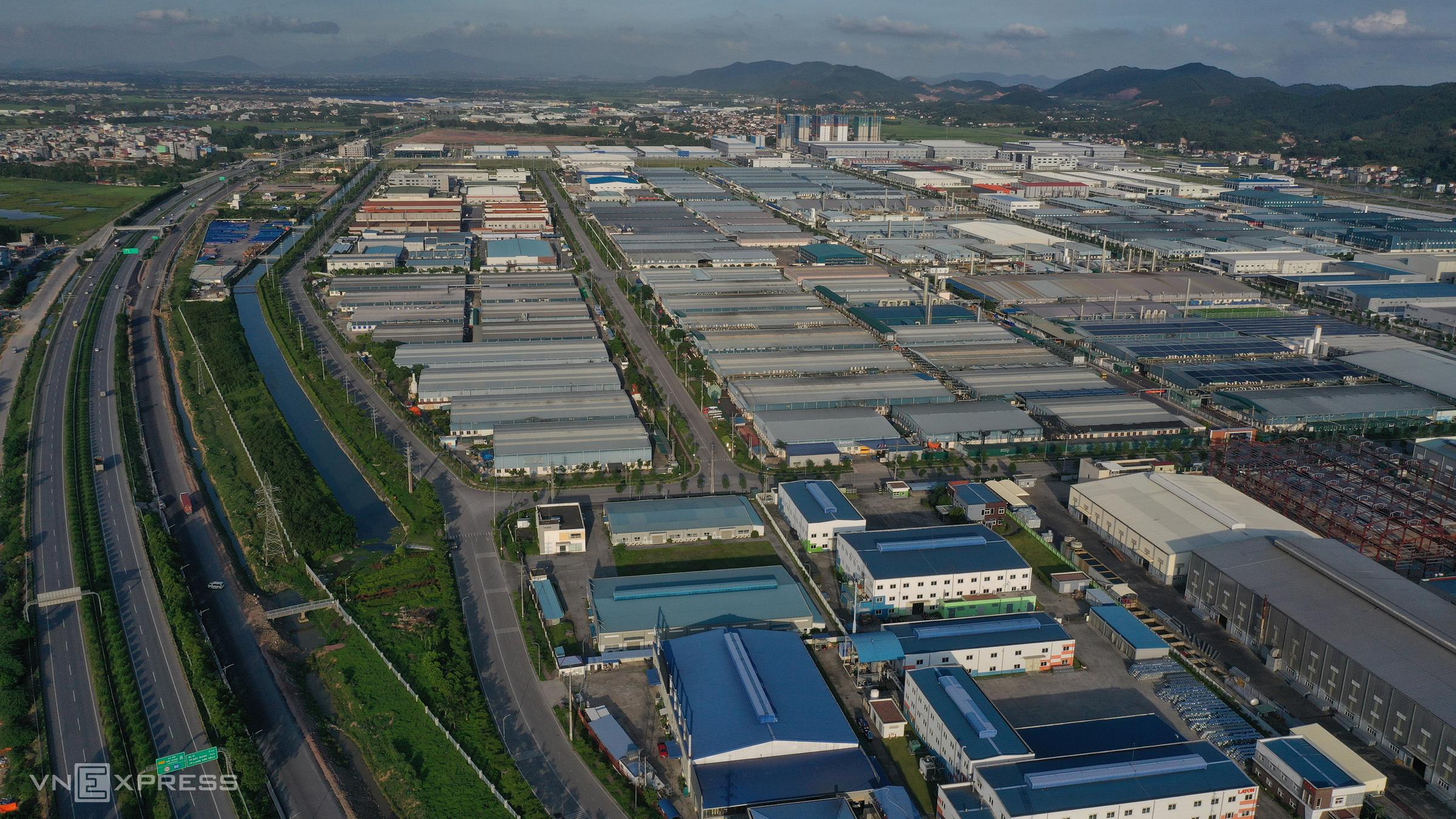 Tuyến quốc lộ 1A chạy qua thị trấn Nếnh, huyện Việt Yên, đối diện là khu công nghiệp Vân Trung tháng 5/2021. Ảnh: Ngọc Thành.