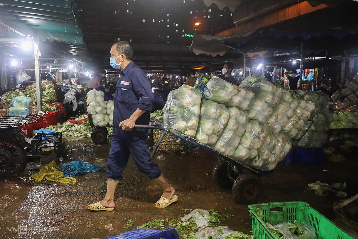 Chợ đầu mối Hóc Môn trước giờ đóng cửa. Ảnh: Quỳnh Trần.
