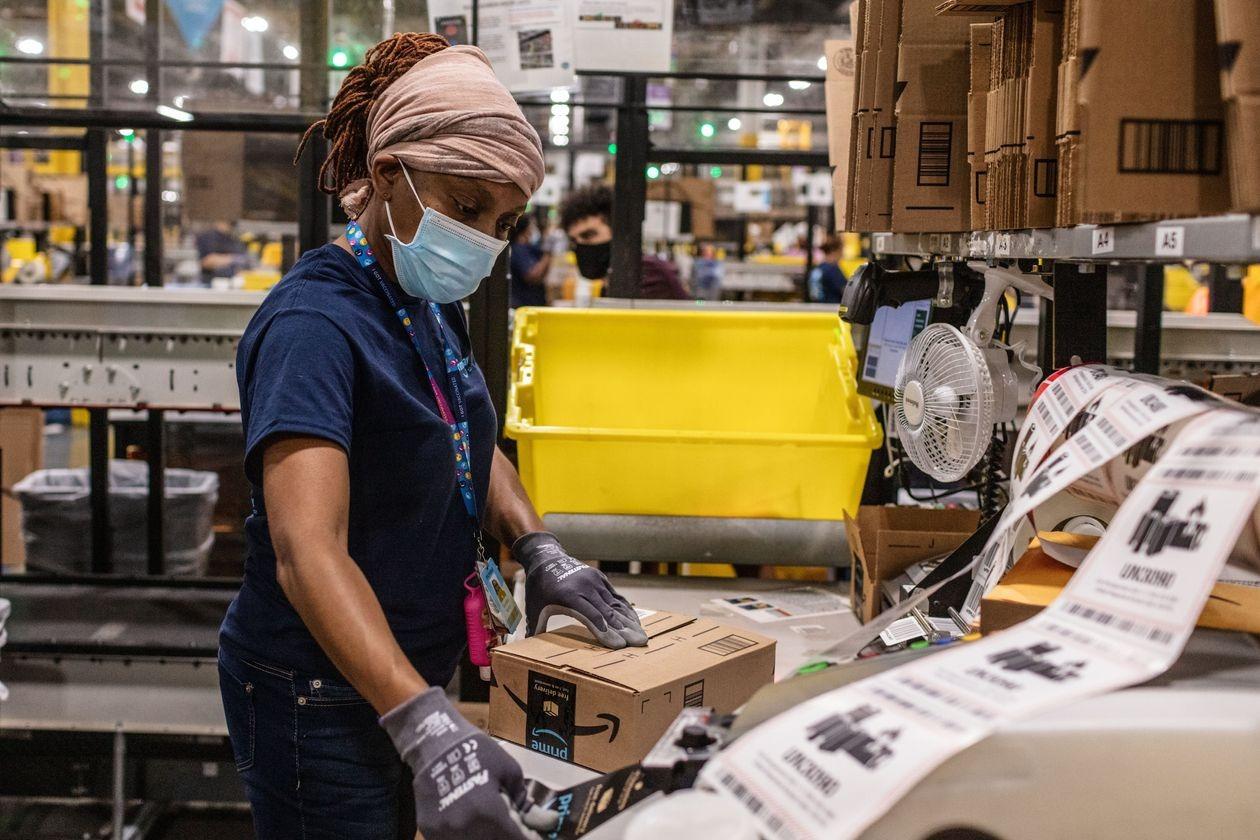 Một công nhân Amazon làm việc ở North Carolina. Ảnh: WSJ