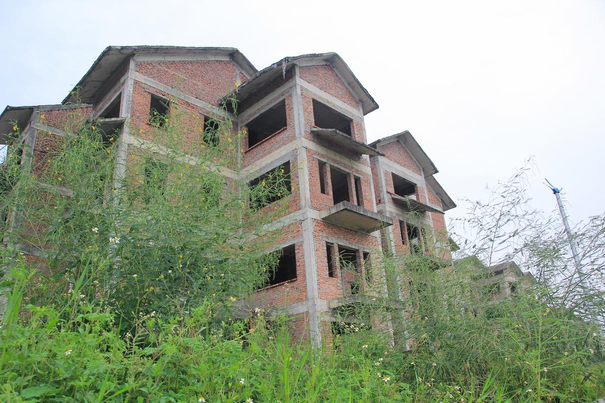 Một căn biệt thự bỏ hoang ở phía Tây Hà Nội. Ảnh: Anh Tú.