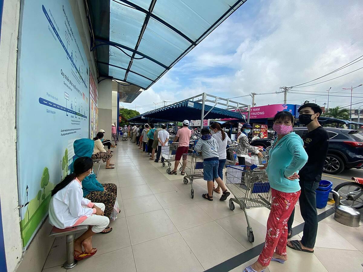 Khách xếp hàng dài chờ tới lượt vào mua hàng ở Co.opmart Xa lộ Hà Nội. Ảnh: Tấn Đạt.